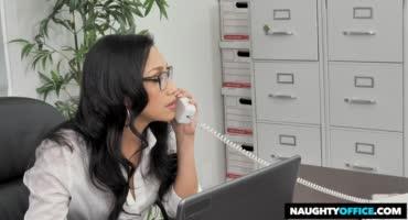Зрелая директриса наказывает своего сотрудника