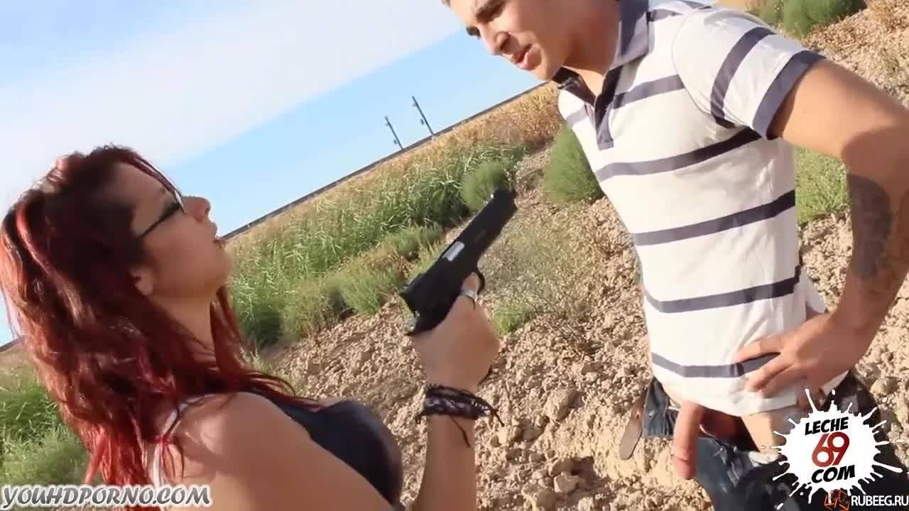 Рыженькая девушка трахает парня под дулом пистолета