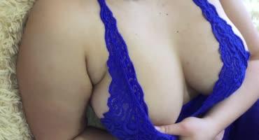Толстая девушка в синем лифчике мне свои огромные сиськи