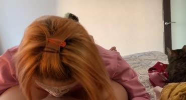 Рыжая девушка делает минет своему возлюбленному