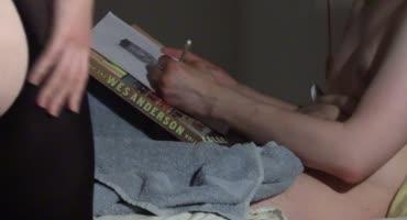 Художник трахает гламурную сучку раком на своей кровати