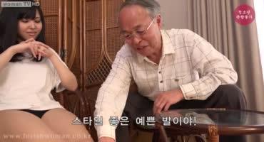 Старый азиатский фетишист получает кайф, когда юная внучка ему дрочит ногами