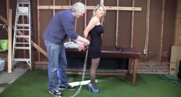 Дяхан связывает пышную блондинку для полного доминирования над сучкой