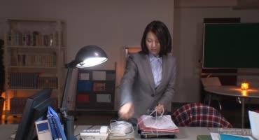 Японка с натуральной грудью и волосатой киской трахается в офисе с начальником