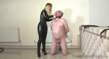 Шикарная блондинка в латексе унижает своего раба