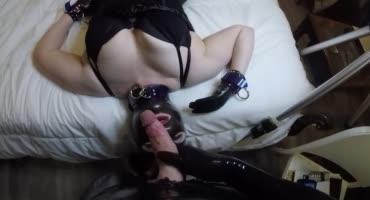 Парочка обожает латекс и грубый домашний секс