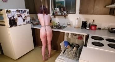 Малышка с крючком в анале делает домашние дела