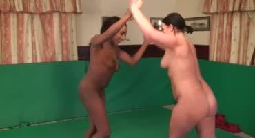 Две голые девчонки трутся друг о друга на полу и трахаю свои киски игрушкой