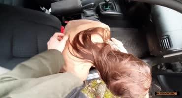 Связанная малышка была трахнута в ротик в машине