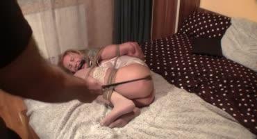 Связанная блондинка пищит от дрочки вибратором