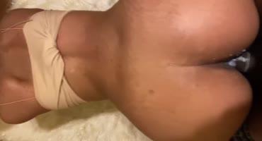 Жопастая негритянка кайфует от секса раком