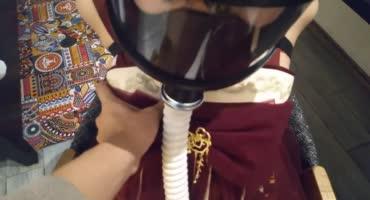 Китаянка в противогазе связана веревками под потолком