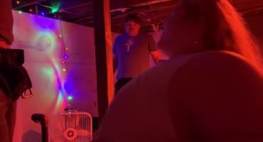 Жирную шмару трахают два мужика с использованием вибратора