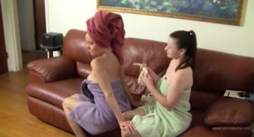 После ванны тёлки играют в госпожу и рабыню