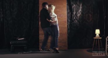 Мужик против воли привязал блондинку к стене и вибратор к её ноге