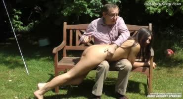 Дедуля увидел как внучка гуляет голая и решил наказать ее
