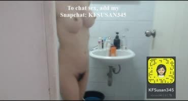 Девушка с шикарной грудью моется в душе и показывает себя
