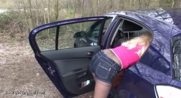 Молодую блондинку муж привязал к рулю в машине, а сам стоял наблюдал и кайфовал