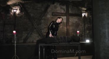 Госпожа связала раба и щекотала пенис железными ноготками