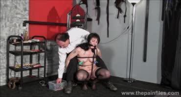 Мужик жестоко наказывает брюнеточку в стиле БДСМ
