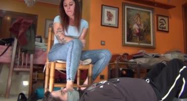 Телка топчит лицо любовничка своими ножками