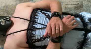 Госпожа ножками трахает рот раба в корсете