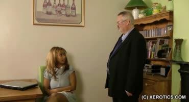 Темнокожая секретарша не выполнила свою работу и за это получила наказание