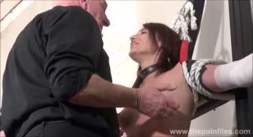 Старый садист плёткой истязает привязанную рабыню