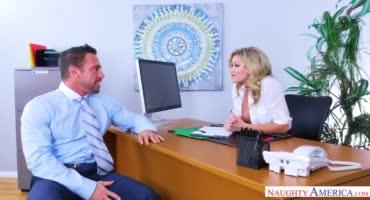 Красавчик трахает сисястую начальницу в ее кабинете