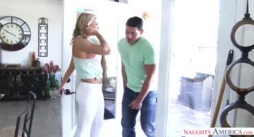Молоденькую блондиночку трахает мускулистый уборщик