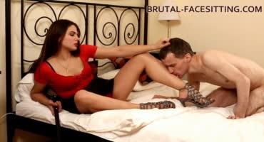 Русская девка чешет волосатую щель на лице покорного парня