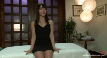 После расслабляющего массажа азиатка опробовала жесткий БДСМ