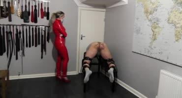 Блондинка грубо наказывает своего мужа за плохое поведение