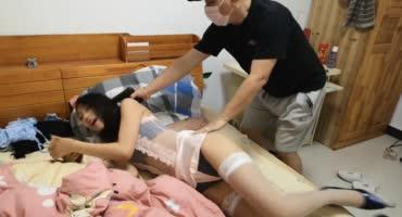 Смачную азиатку в нижнем белье связывает мужик