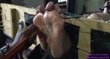Чернокожий извращенец связал милашку и обрабатывает ее стопы