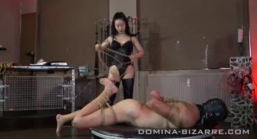 Красивая японка связывает своего мужика и хлещет ему зад