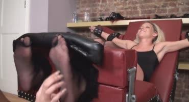 Тёлочка довела озабоченную блондинку до оргазма щекоткой и фут фетишем