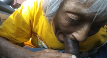 Нигер задарил залупу в рот дряхлой старушке