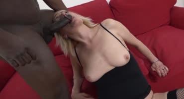 Негр оттрахал в жопу зрелую блондинку и кончил ей прямо в анус