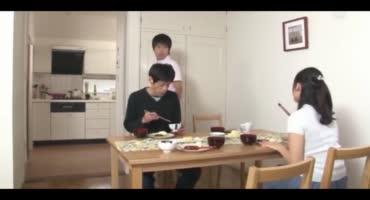 Приемный сын трахает хорошенькую японочку в кудрявую киску