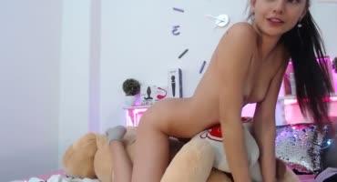Красавица одела на плюшевую игрушку дилдо и садится на него