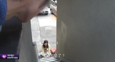 Девушка отдалась соседу за помощь в донесении пакетов