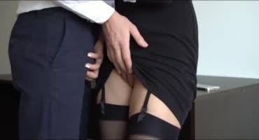 Послушная студентка дрочит преподу в кабинете