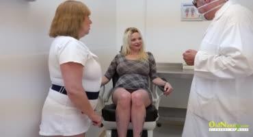 Старая медсестра и врач лечат клитор пациентки