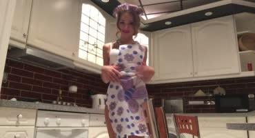 Суперская моделька делает стриптиз и дрочится на кухне