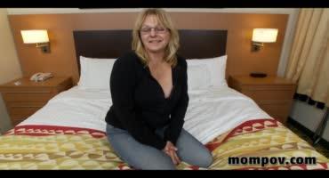 Скромная мамочка трахается на кровати в разных позах