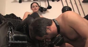 Госпожа позволяет рабу отлизывать ее ножки