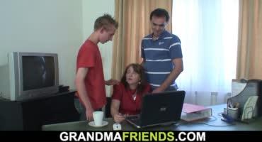 Внук и дедушка решили трахнуть бабушку, а она совсем не против этого