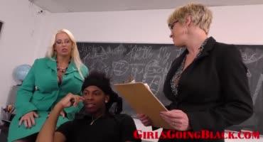 Чернокожий студент наказал двух преподов жестким сексом