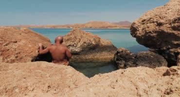 Глубокий минет на пляже в солнечных лучах